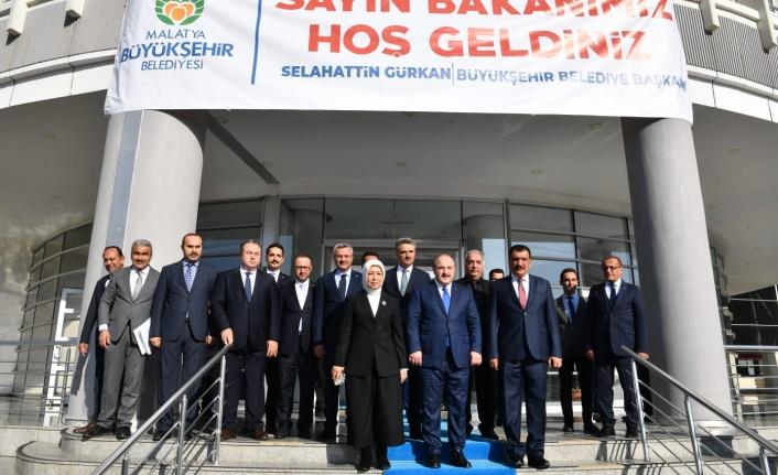 Bakan Varank, Büyükşehir Belediyesi Başkanı Gürkan'ı ziyaret etti