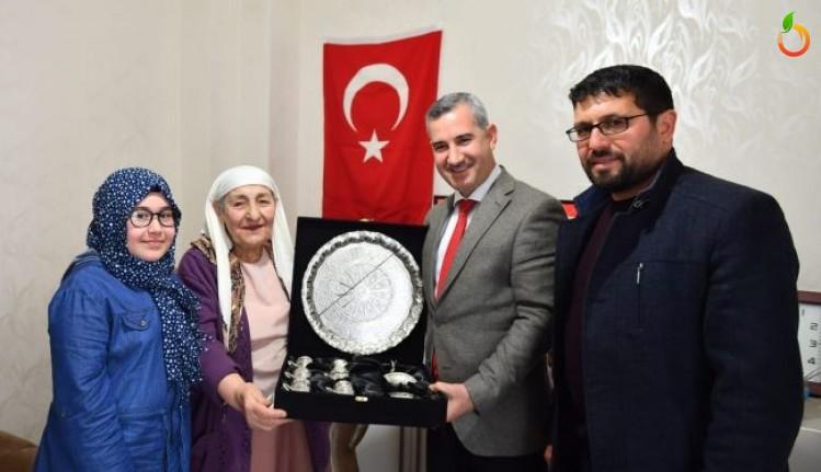 Başkan Çınar, Fatma Özaslan'ı evinde ziyaret etti