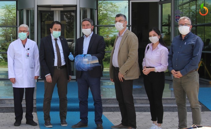 Ağbaba'nın temin ettiği siperlikler sağlık çalışanlarına teslim edildi