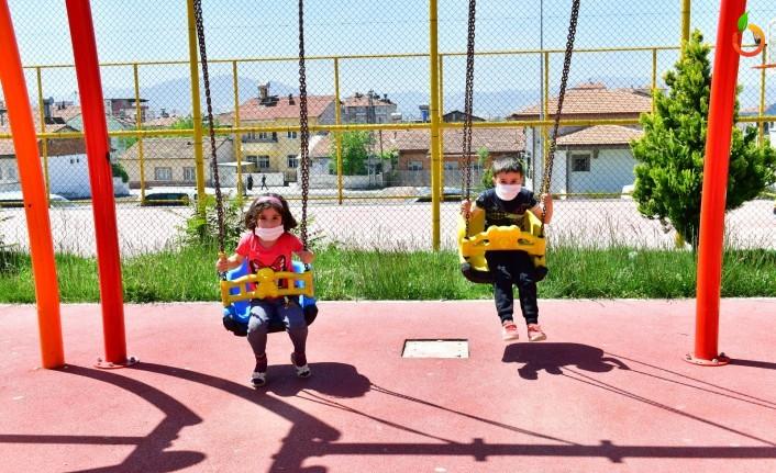 4 Saatlik İzinde Çocuklar Güneşli Havanın Tadını Parklarda Çıkardı