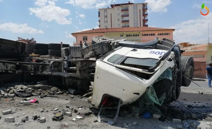 Malatya'da  hafriyat kamyonu devrildi... 1 ağır yaralı
