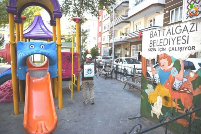 Battalgazi Belediyesi parklarda dezenfekte çalışmaları gerçekleştirdi