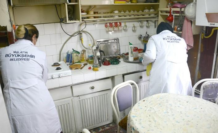 Büyükşehir Belediyesinden Kimsesiz Ve Yaşlılara Temizlik Hizmeti