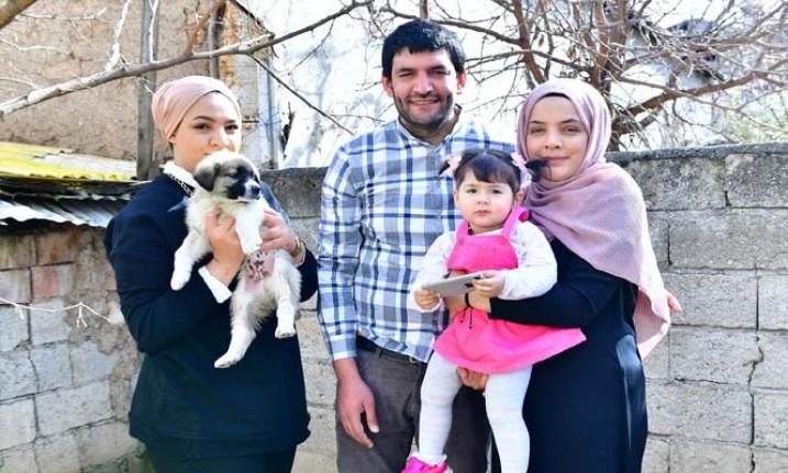 Başkan Çınar, Minik Nisa'ya Köpek Hediye Etti