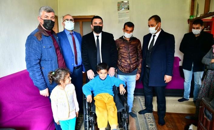 Yeşilyurt Belediyesi'nden Bedensel Engelli Batuhan Şahin'e Engelli Araç Hediyesi
