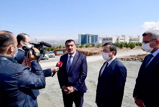 Başkan Gürkan İnönü Üniversitesi içerisinde yapılan yolda inceleme yaptı