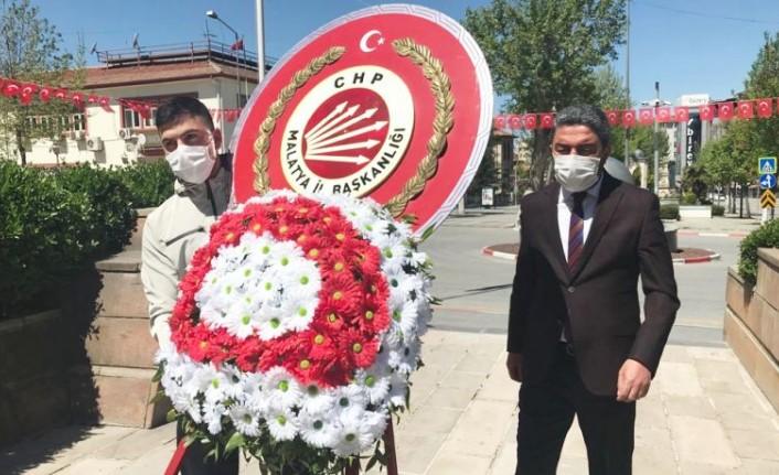 Başkan Kiraz, Tek Başına Atatürk Anıtı'na Çelenk Sundu