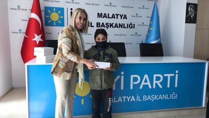 İyi Parti Malatya Teşkilatı Gençlere Tablet Hediye Etti