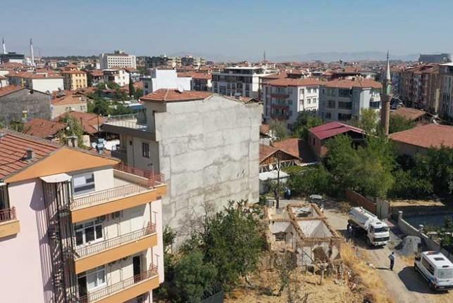 Yeşilyurt Belediyesi Ekipleri Özalper Mahallesindeki Metruk Evin Yıkımını Gerçekleştirdi