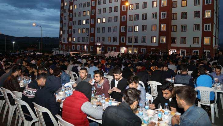 Başkan Güder, Ramazan Ayının İlk İftarını Üniversite Öğrencileri İle Yaptı