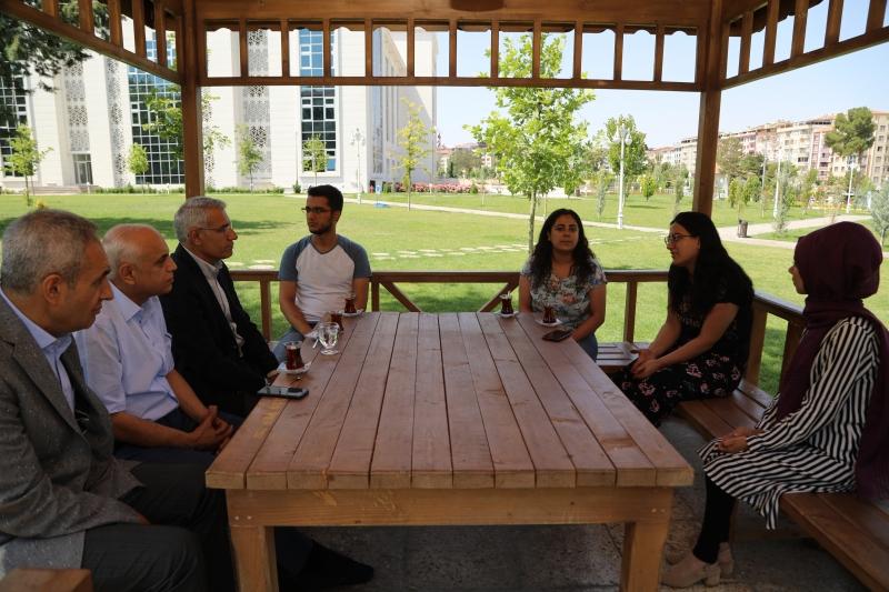 Başkan Güder, gençlerle çay sohbeti gerçekleştirdi