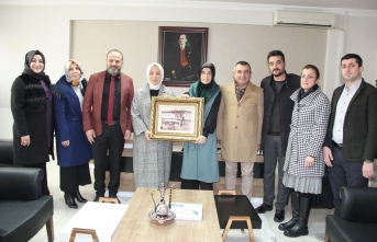 Öznur Çalık, Ebru Sönmez'i Tebrik Etti