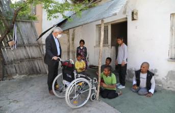 Başkan Güder, 3 Engelli Çocuğun Yüzünü Güldürdü
