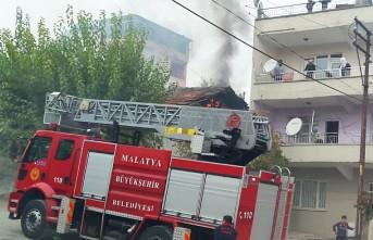 Cirikpınar'da Binanın Çatısı Cayır Cayır Yandı!