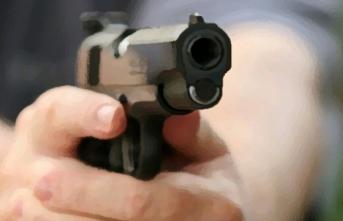 Otomobil İçinde Silahla Bacağından Vurup Kaçtı