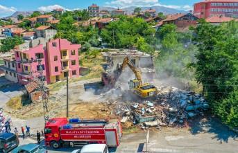 Taştepe-Hanımınçiftliği hattında, kamulaştırılan yapıların yıkımına başlandı