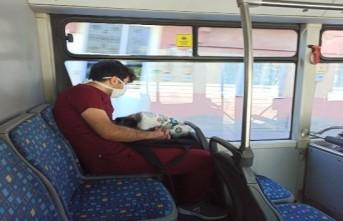 Otobüste Uyuya Kalan Hemşire Görenleri Duygulandırdı