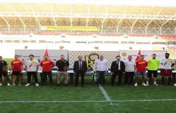 YMS'den Futbolculara Toplu İmza Töreni
