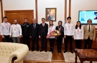 Vali Baruş, Madalya Kazanan Öğrencileri Makamında Ağırladı