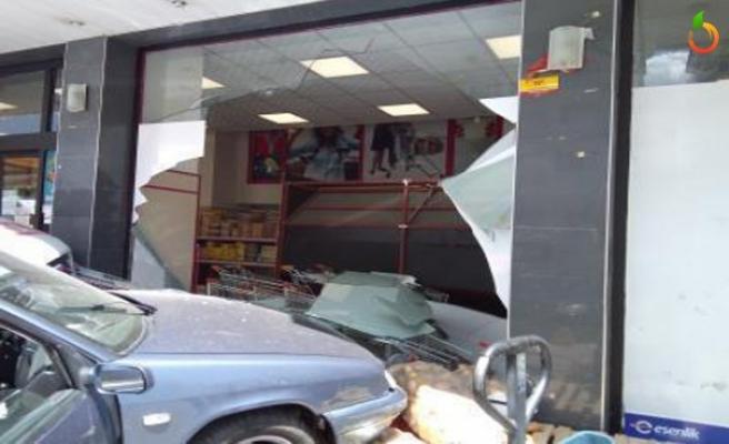 Çarpışan Ambulans İle Otomobil Markete Girdi! 3 yaralı