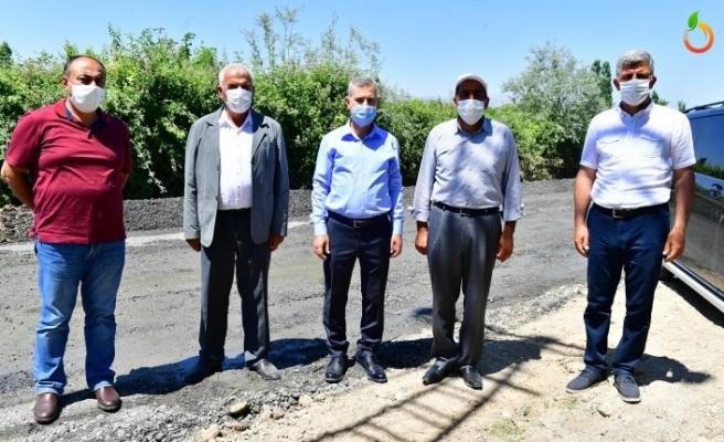 Yeşilyurt Belediyesi grup yollarında sathi kaplama yapıyor