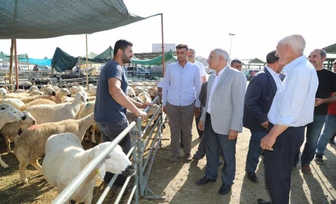 Başkan Güder, Canlı Hayvan Pazarı'nda Vatandaşlarla Bir Araya Geldi