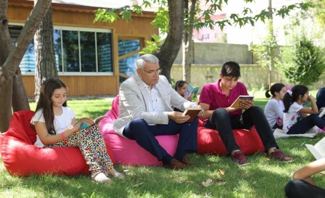 Başkan Güder, Dünya Kitap Okumayı Sevenler Günü' dolayısıyla gençlerle biraraya geldi