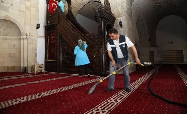Battalgazi Belediyesi'nden Cami Ve Türbelerde Bayram Temizliği