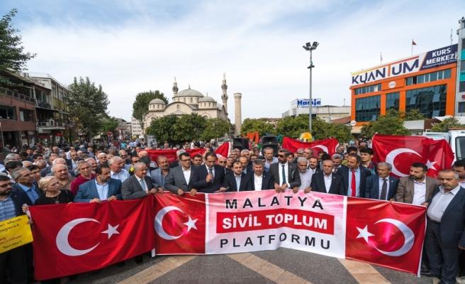 Büyükşehir Belediyesi Türk Bayrağı Dağıttı