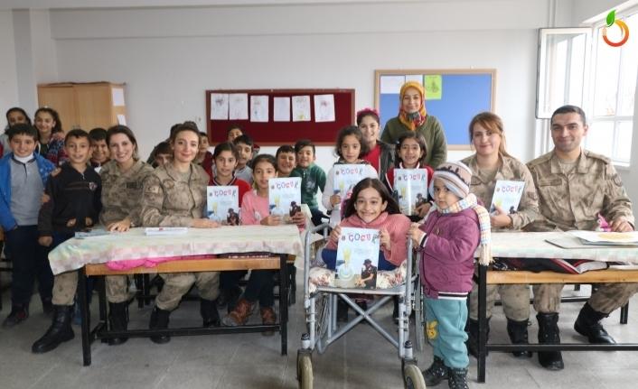 Jandarma Öğrencilere Çocuk Dergisi Dağıttı
