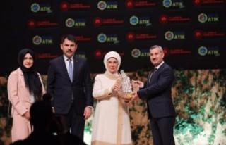 Emine Erdoğan'dan Başkan Çınar'a Ödül