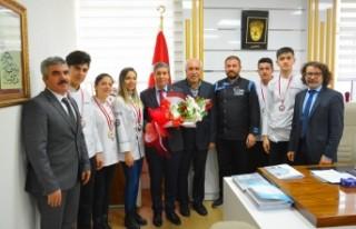 Madalya Kazanan Öğretmen ve Öğrencilerden Tatlı'ya...