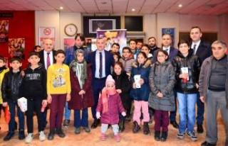 Başkan Çınar'dan Çocuklara Bir Karne Hediyesi...