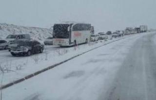 Kar Yağışı Yolları Trafiğe Kapattı