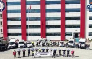 Malatya'da polisler, korona virüs uyarısı...