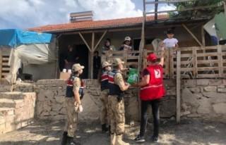 Jandarma ve Kızılay'dan Gıda Paketi Yardımı