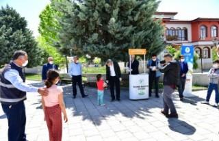 Yeşilyurt Belediyesi'nden Çocuklara Maske