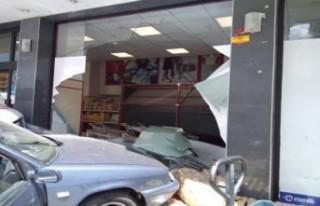 Çarpışan Ambulans İle Otomobil Markete Girdi!...