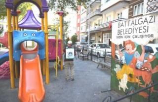 Battalgazi Belediyesi parklarda dezenfekte çalışmaları...