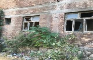 Terk Edilmiş İki Metruk Bina Yıkıldı