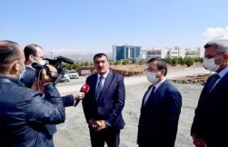 Başkan Gürkan İnönü Üniversitesi içerisinde...