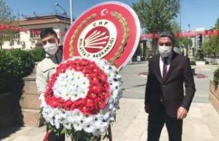 Başkan Kiraz, Tek Başına Atatürk Anıtı'na...