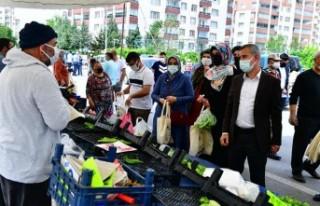 Başkanı Çınar, Bostanbaşı Semt Pazarını Ziyaret...