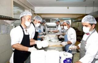 Büyükşehir Belediyesi 4 Bin Kişiye Sıcak Yemek...