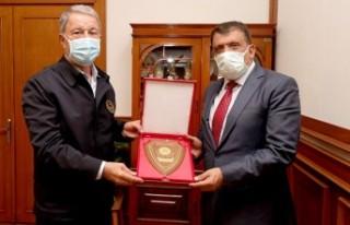 Bakan Akar'dan Başkan Gürkan'a Plaket