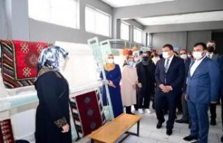 Kursiyerler Başkan Gürkan'a El Dokuması Türk...