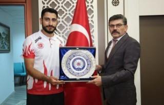 Milli Sporcudan Müdür Dağdeviren'e Ziyaret
