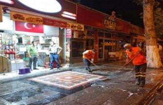 Cadde ve sokaklar ilaçlı sularla yıkanıyor