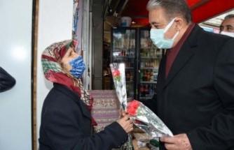 Başkan Keskin, Kadın Esnaflara Karanfil Hediye Etti