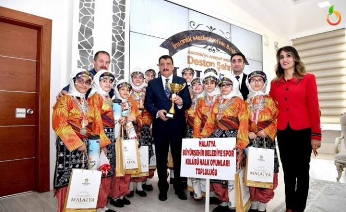 Halk Oyunlarında il birincisi olan ekipten Başkan Gürkan'a ziyaret